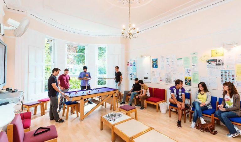 Escuela de inglés intensivo en Bristol | ELC The English Language Centre 2