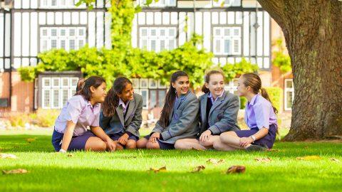 Año escolar en Inglaterra en el internado privado Queenswood School