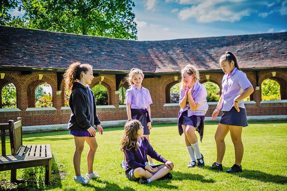 Supervisión del año escolar en el internado para chicas Queenswood School