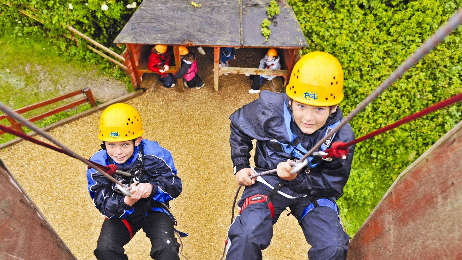 Campamento de verano multiaventura con niños ingleses en Inglaterra